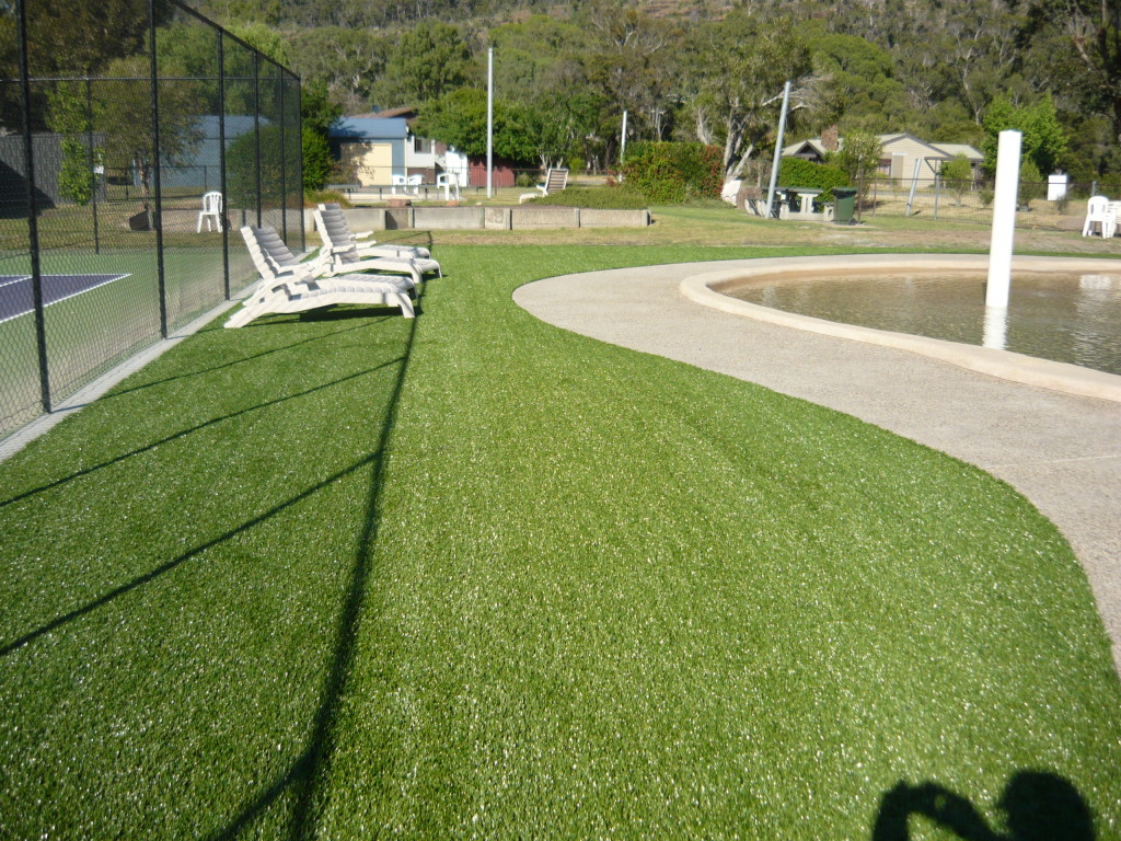 Synthetic Grass for Wet Areas Around Pools